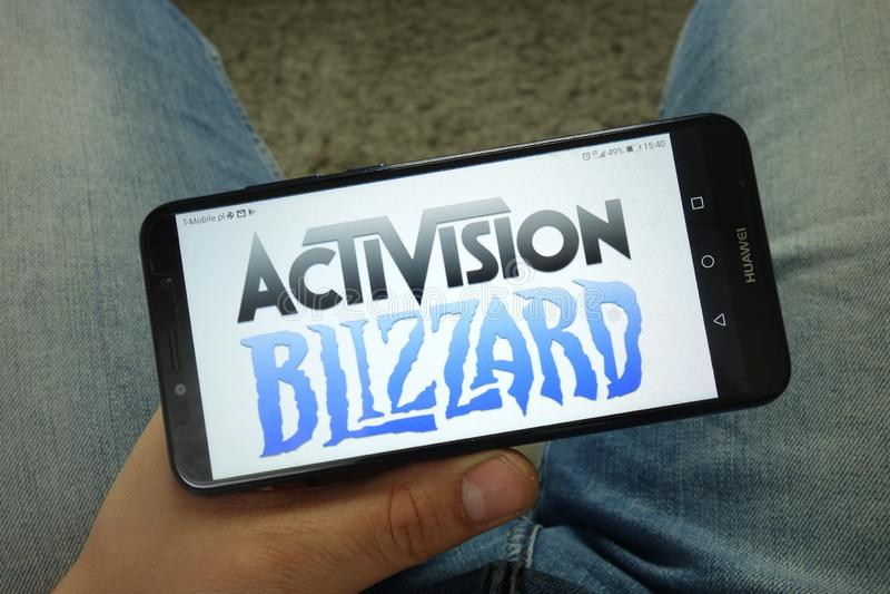 Smartphone com Activision Blizzard, Inc da terra arrendada do homem logo foto de stock royalty free
