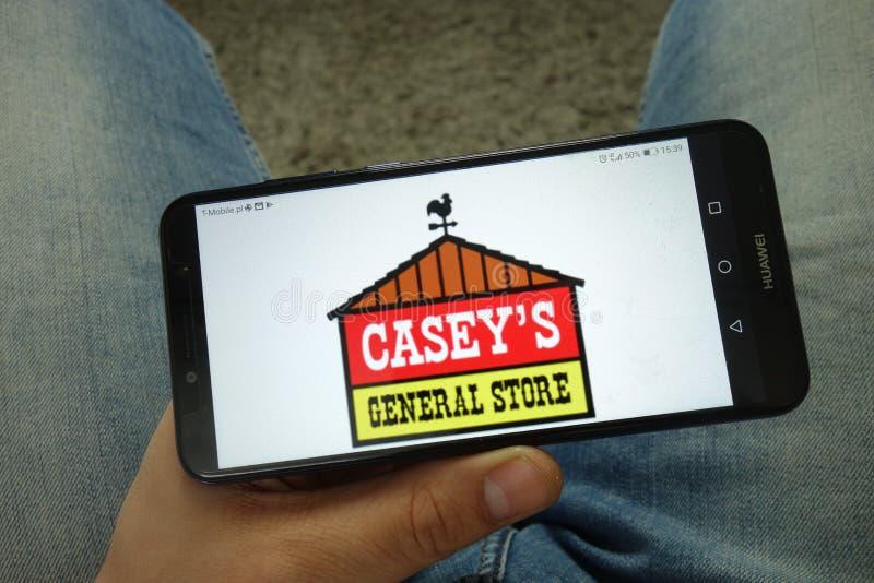 Smartphone com as lojas gerais de Casey, Inc da terra arrendada do homem logo imagem de stock