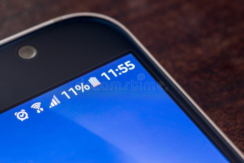 Smartphone com carga da bateria de onze por cento na tela foto de stock