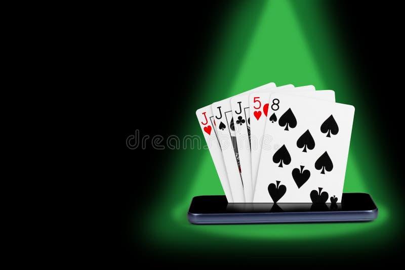 smartphone com cart?es do p?quer, ilustra??o nivelada real do casino em linha da bandeira do trio do jogo de cartas fotografia de stock