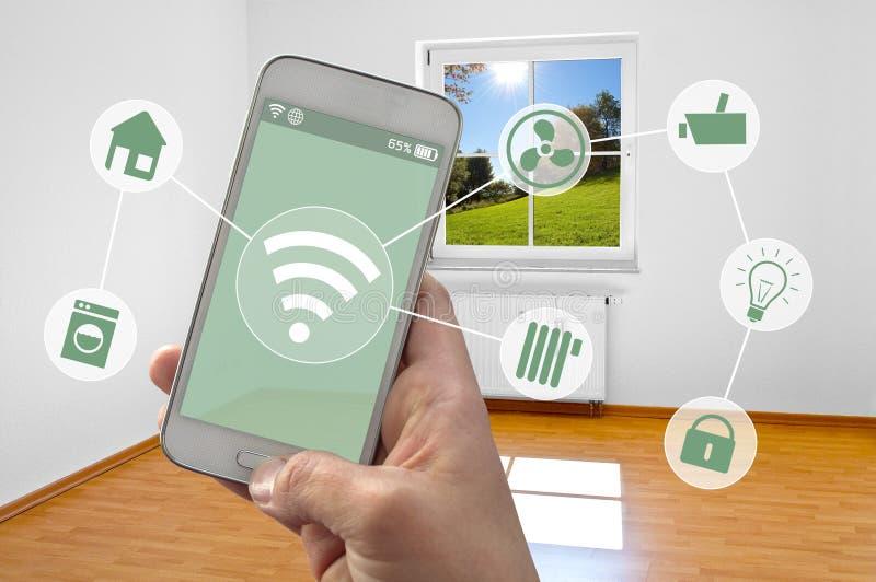 Smartphone com o app do controle do smarthome imagem de stock royalty free