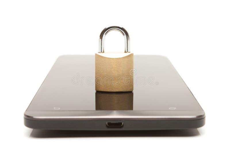 Smartphone com o fechamento pequeno sobre ele Segurança do telefone celular e conceito da proteção de dados fotos de stock royalty free