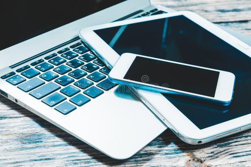 Smartphone com o PC da tela vazia e da tabela sobre imagem de stock