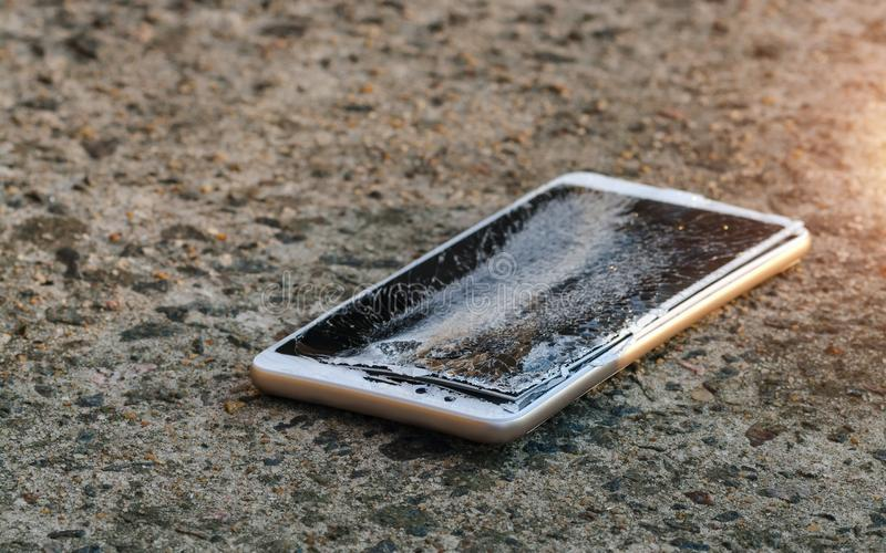 Smartphone com a tela altamente quebrada imagem de stock royalty free
