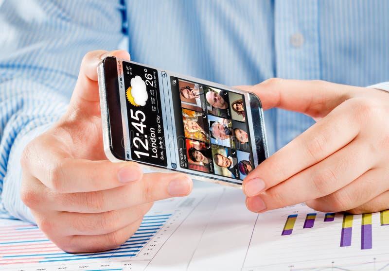 Smartphone com a tela transparente nas mãos humanas imagens de stock