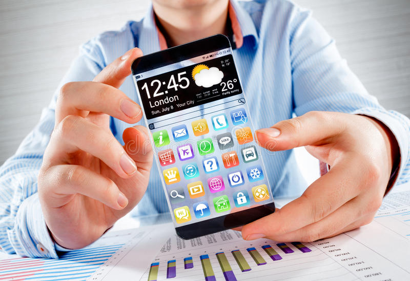 Smartphone com a tela transparente nas mãos humanas fotos de stock royalty free