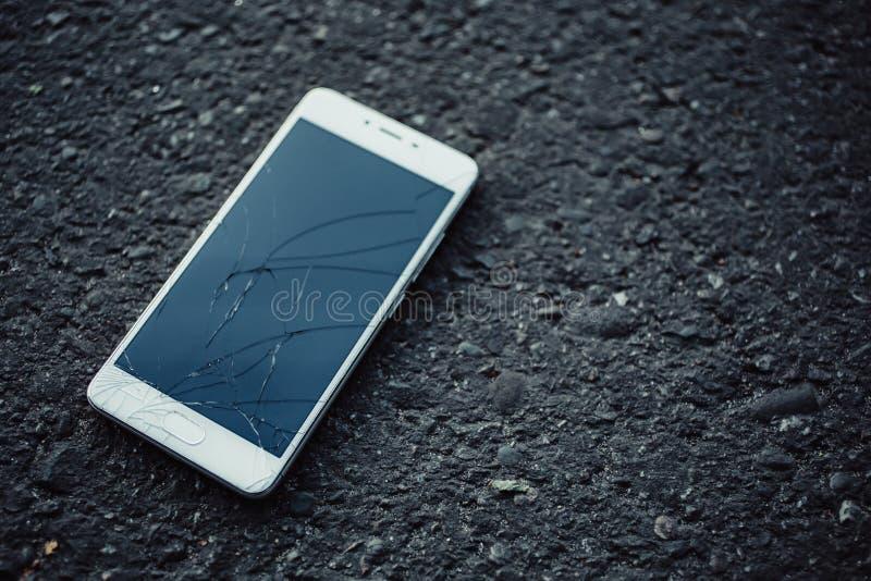 Smartphone com uma tela quebrada foto de stock royalty free