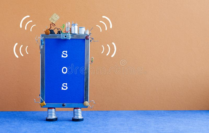 Smartphone con el mensaje SOS Teléfono móvil robótico abstracto en ayuda azul marrón de la necesidad del fondo Copie el espacio imagen de archivo