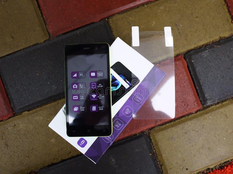Smartphone con el sistema operativo de Android con los paneles desprendibles multicolores imágenes de archivo libres de regalías