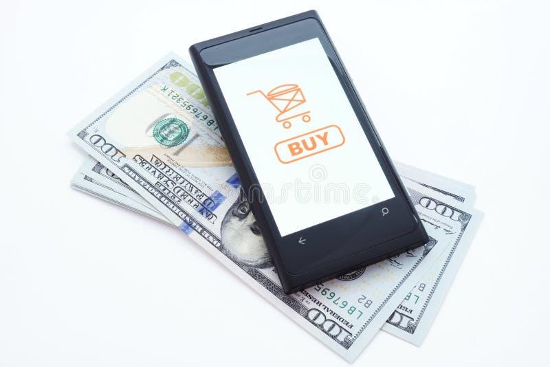 Smartphone con l'applicazione online di acquisto su uno schermo e sui dollari Su fondo bianco fotografia stock libera da diritti