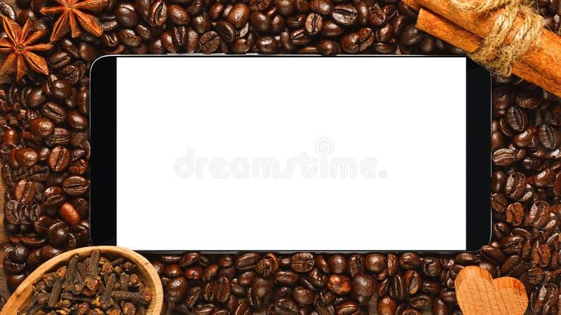 Smartphone con lo schermo in bianco nel telaio di caffè fotografia stock libera da diritti