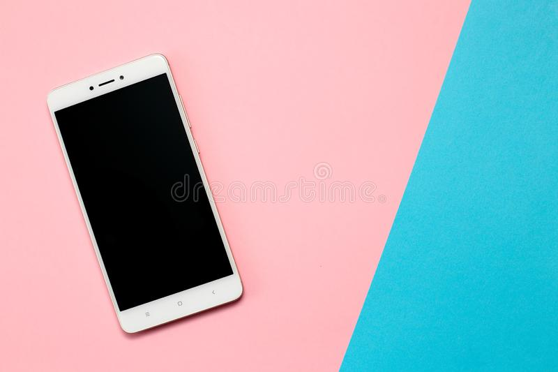 Smartphone con lo schermo in bianco su fondo rosa immagini stock