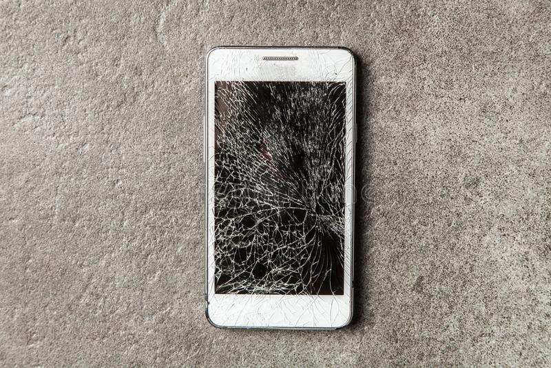 Smartphone con lo schermo rotto fotografie stock