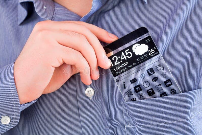 Smartphone con una pantalla transparente en un bolsillo de la camisa. imagen de archivo