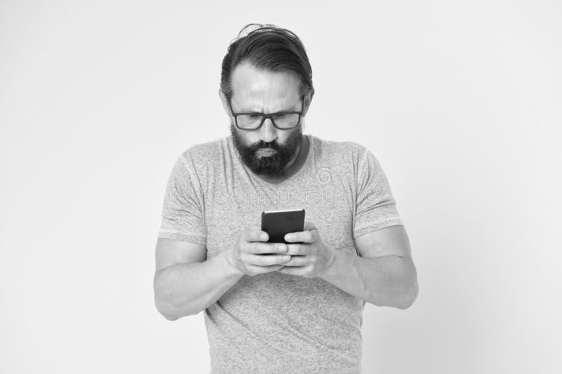 Smartphone confundido moderno do uso Usu?rio inexperiente do homem do smartphone moderno Estada em contato com o smartphone Junte fotografia de stock royalty free