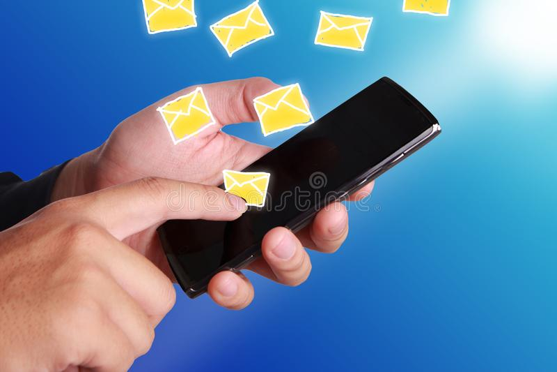 Smartphone conmovedor de la mano imagenes de archivo