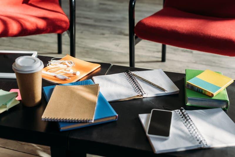 smartphone, cuadernos y taza de café disponible fotografía de archivo