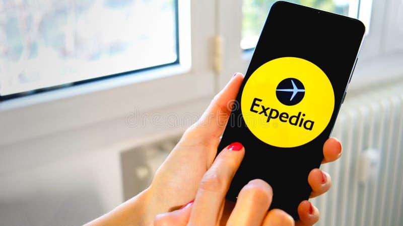 Smartphone d'icône de main d'appli de voyage d'Expedia photos stock