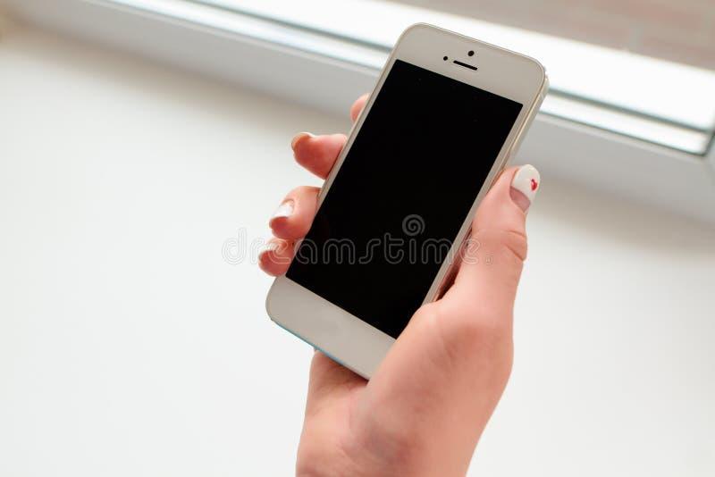 Smartphone d'instrument dans les mains d'une fille image stock