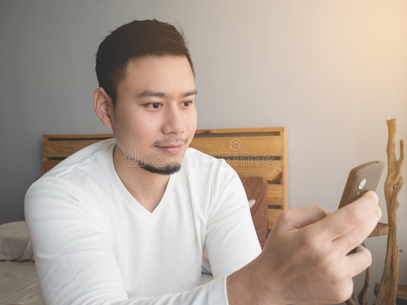 Smartphone d'utilisation d'homme images libres de droits