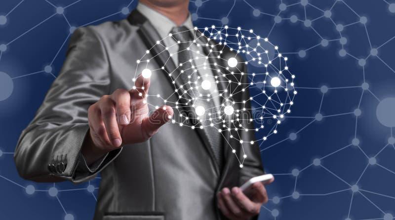 Smartphone d'utilisation d'homme d'affaires avec la technologie d'AI, inteli artificiel images stock
