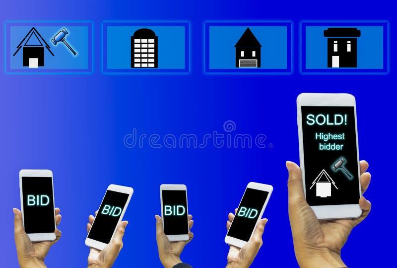 Smartphone da posse da mão da mulher com tela de exposição, oferta de vencimento franco imagem de stock royalty free