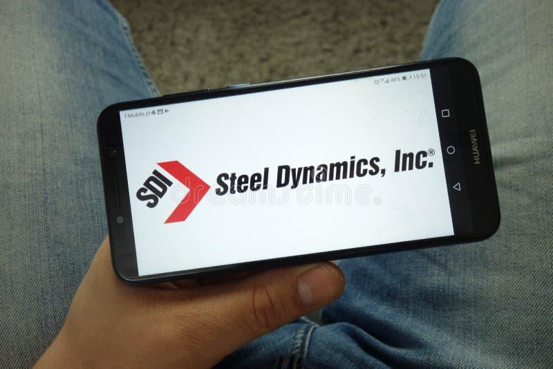 Smartphone da terra arrendada do homem com dinâmica de aço, Inc logo foto de stock royalty free