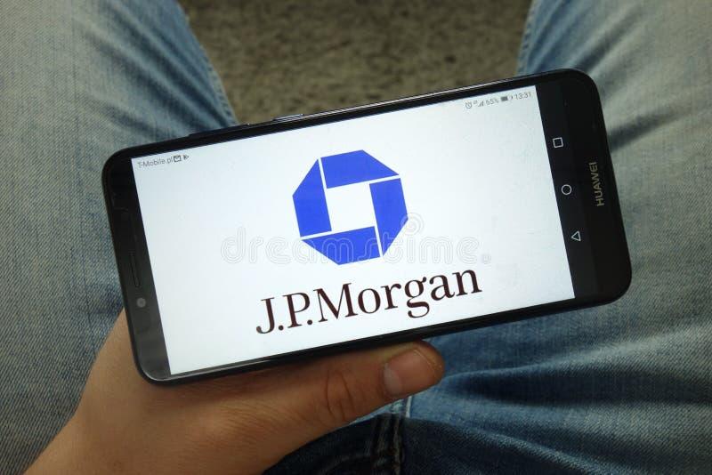 Smartphone da terra arrendada do homem com JP Morgan Chase & Co logo fotografia de stock royalty free