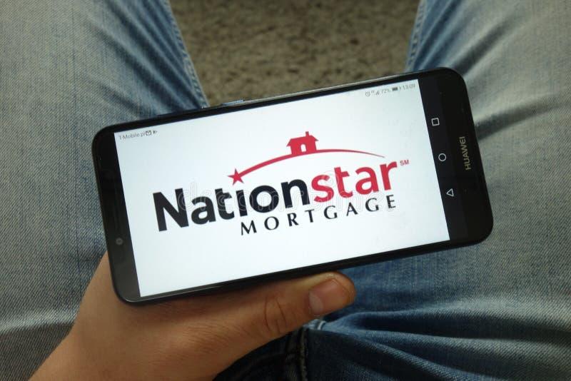 Smartphone da terra arrendada do homem com Nationstar Mortgage Holdings Inc logo fotos de stock royalty free