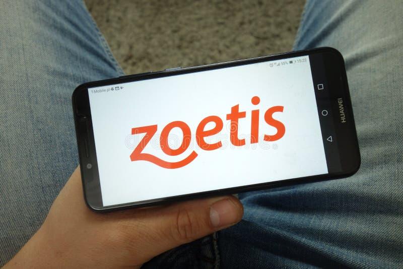 Smartphone da terra arrendada do homem com Zoetis Inc logo imagem de stock