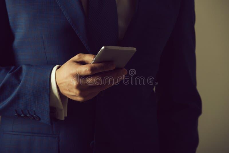 Smartphone da terra arrendada da mão fotos de stock