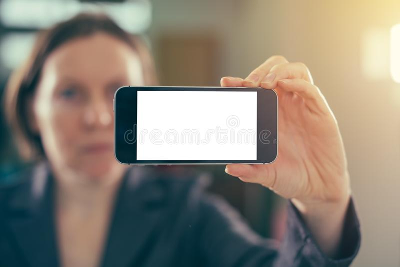 Smartphone da terra arrendada da mulher de negócios com zombaria vazia acima da tela fotos de stock