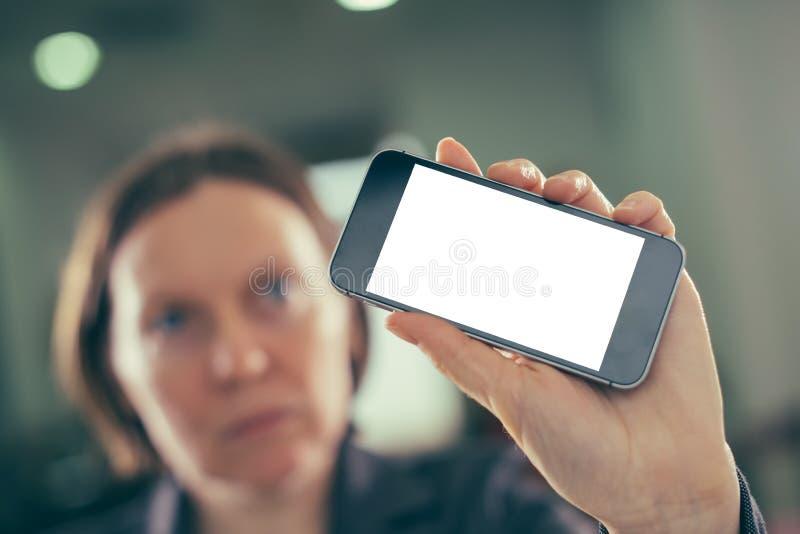 Smartphone da terra arrendada da mulher de negócios com zombaria vazia acima da tela imagem de stock royalty free