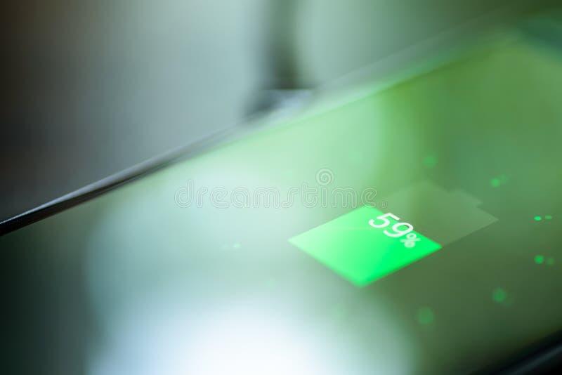 Smartphone, das auf einer Aufladungsauflage auflädt Drahtlose Aufladung lizenzfreies stockfoto