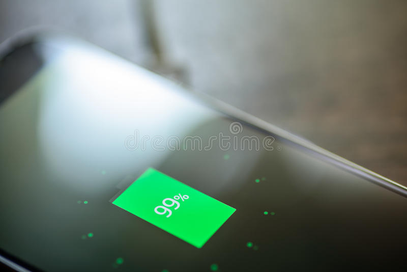 Smartphone, das auf einer Aufladungsauflage auflädt Drahtlose Aufladung stockbild