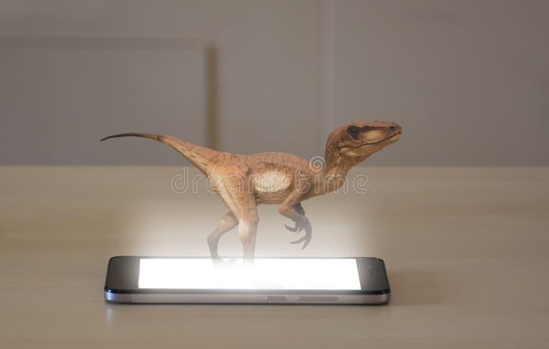 Smartphone, das ein Hologramm 3d eines Velociraptor projektiert stockfotografie
