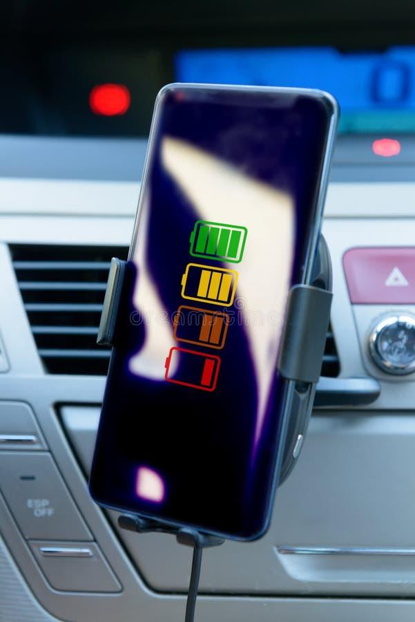 Smartphone, das in einem Auto auflädt stockfotos