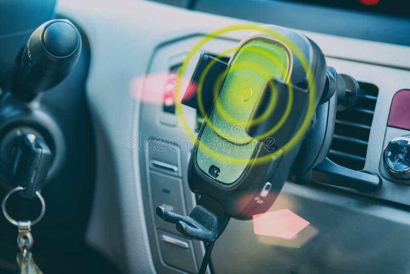 Smartphone, das in einem Auto auflädt lizenzfreies stockbild