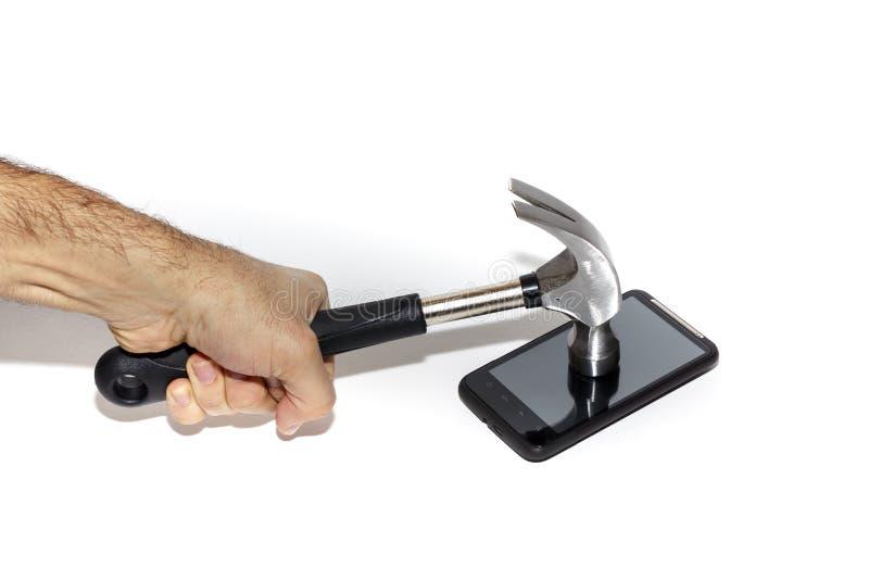 Smartphone, das mit einem Hammer geschlagen wird Brechen von Kommunikation stockfotos