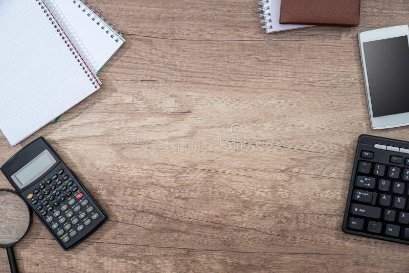 Smartphone, datortangentbord, räknemaskin, penna och notepad arkivfoton