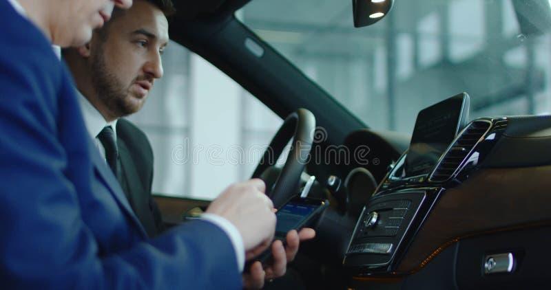 Smartphone de conexão do cliente e do negociante ao carro fotografia de stock royalty free