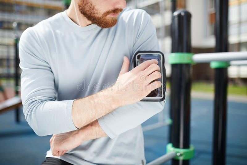 Smartphone de fixação caso que no ombro fotografia de stock