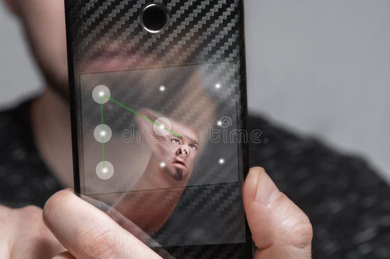 Smartphone-de gebruiker gaat biometrisch beschermingssysteem in de vorm van een grafische sleutel over Het concept gegevensbesche stock afbeelding
