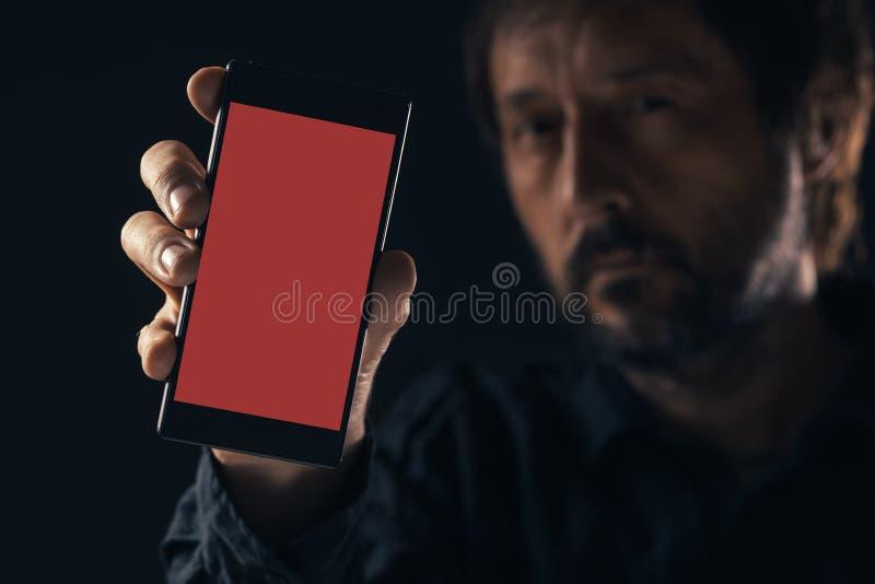 Smartphone de la maqueta de la tenencia del hombre imagenes de archivo