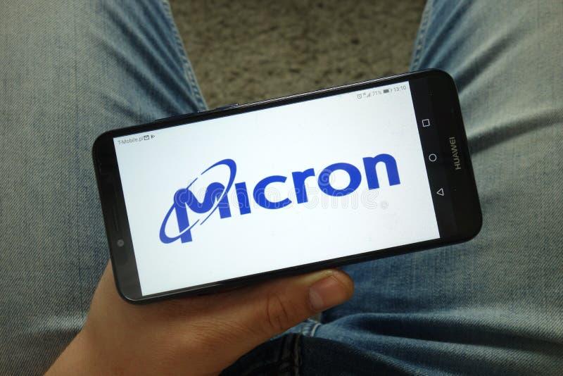 Smartphone de la tenencia del hombre con Micron Technology, Inc LOGOTIPO imágenes de archivo libres de regalías