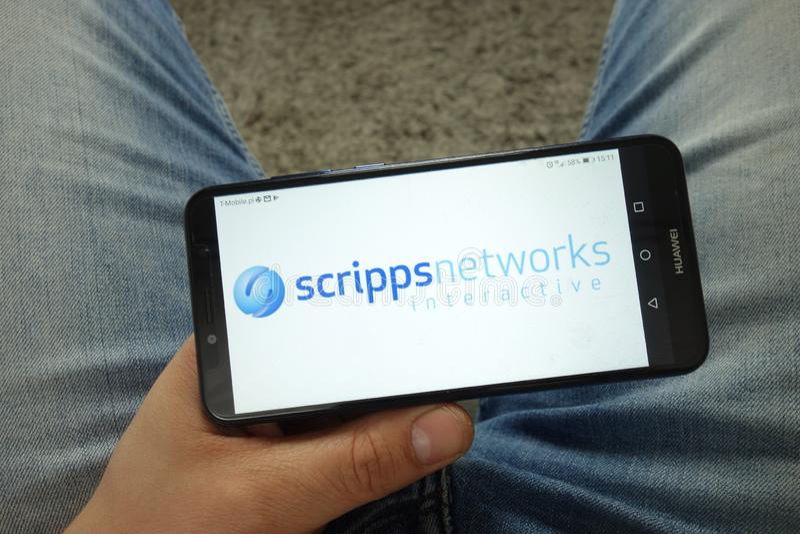 Smartphone de participation d'homme avec le logo interactif de société de réseaux de Scripps photos libres de droits