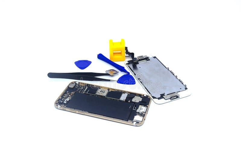 Smartphone de réparation avec des outils, isolat, le besoin de dommages de smartphone de réparer photo libre de droits