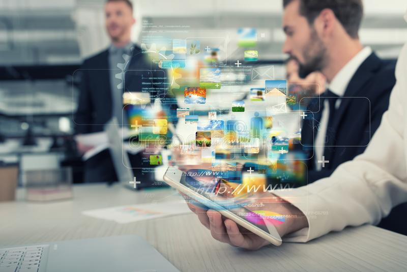 Smartphone de uma mulher de negócios que compartilhe de multimédios com a conexão a Internet fotografia de stock