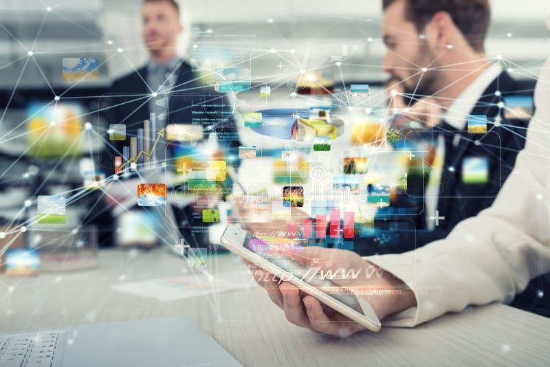 Smartphone de uma mulher de negócios que compartilhe de multimédios com a conexão a Internet foto de stock