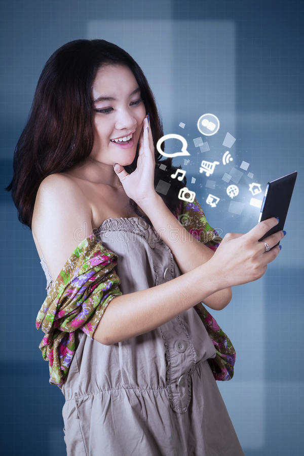 Smartphone de utilização adolescente alegre imagem de stock royalty free